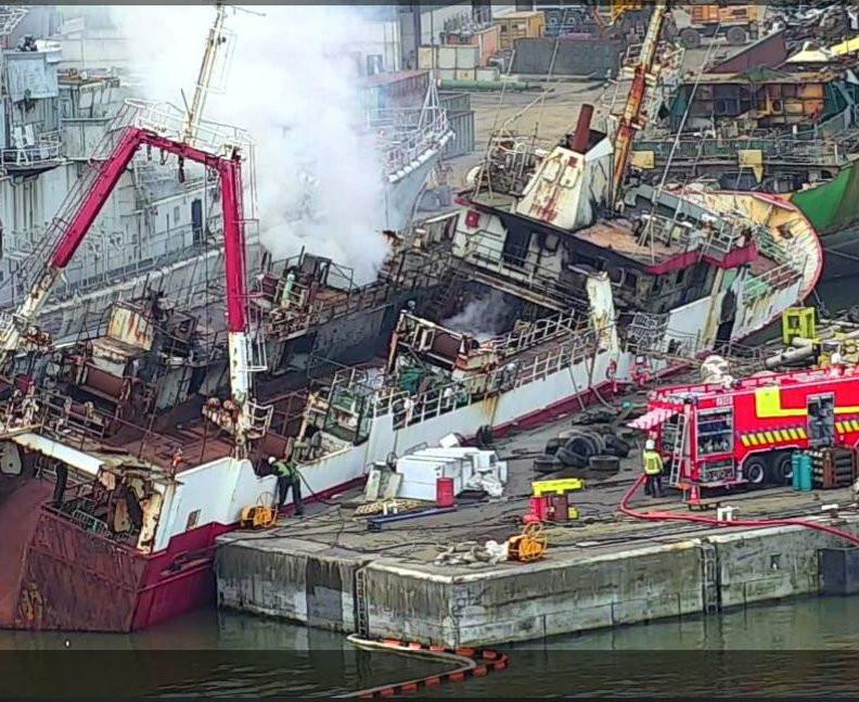 Het vissersschip dat dinsdagochtend ontvlamde in de Gentse haven wordt nog zeker tot morgen geblust