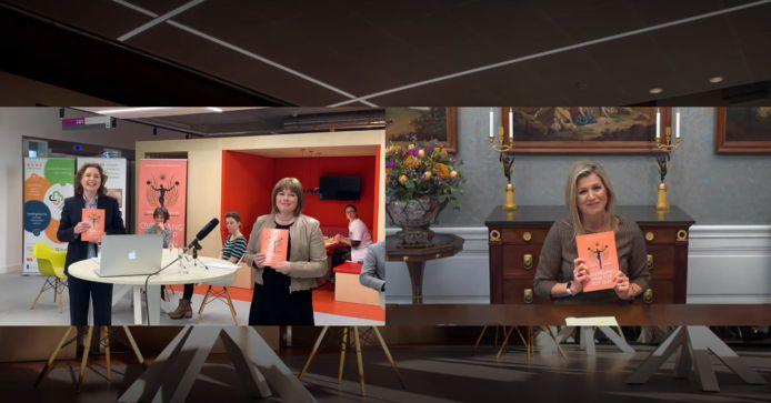 Koningin Máxima krijgt het eerste exemplaar van het boek Overgang van top tot teen, Mirjam van 't Veld, voorzitter van de raad van bestuur van Ziekenhuis Gelderse Vallei en schrijver Marcelle Meesters.