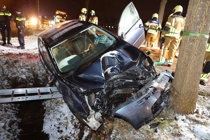 Bij het ongeval op de Haarenseweg in Esch raakte de auto flink beschadigd.
