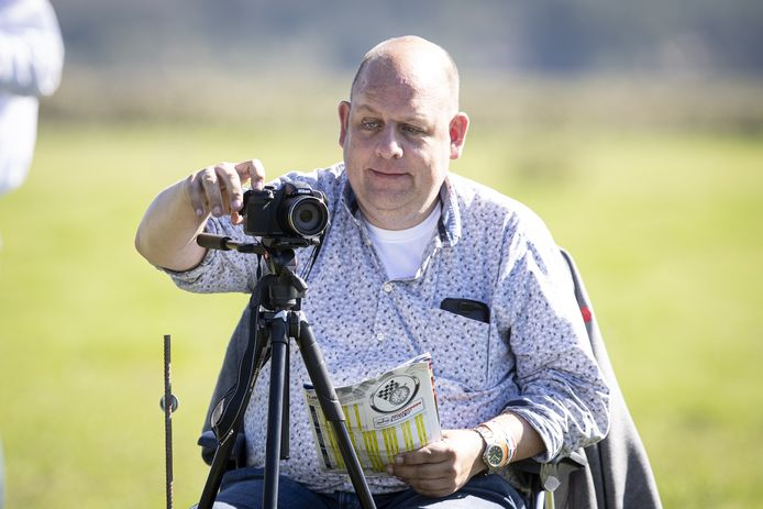 Erik-Jan Noltus is met zijn camera klaar voor de Hellendoornrally.