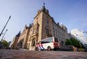 Politie bij het stadhuis aan de Coolsingel. De politieke bijeenkomst over Feyenoord City in het stadhuis is op last van burgemeester Aboutaleb opgeschort 'vanwege ontvangen signalen over bedreigingen en intimidatie'.
