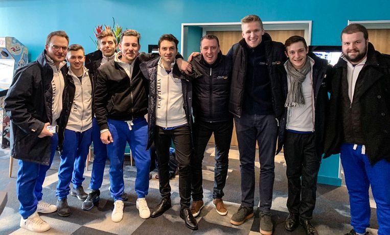 Lode De Roover (midden) en zijn team verbroederen met het Italiaanse team.