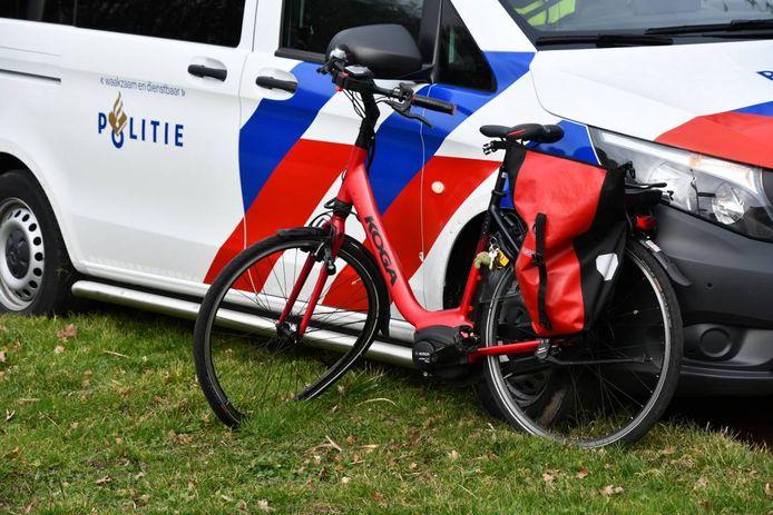 Een automobiliste zag de fietser op de rotonde aan de Beukenstraat over het hoofd.
