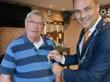 Lintje voor oud-voorzitter Moerland van VV Arnemuiden