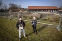Dirk Heupink en Joyce Veltmaat bij de plek waar de bierspa en de bed and breakfast komen. Op de achtergrond de bierbrouwerij.