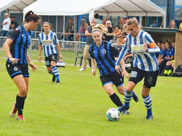 Carmen Foks (rechts) maakte de aansluitingstreffer voor IJzendijke tegen 't Gooi, waarna Alessia Mieras er nog vier in schoot.