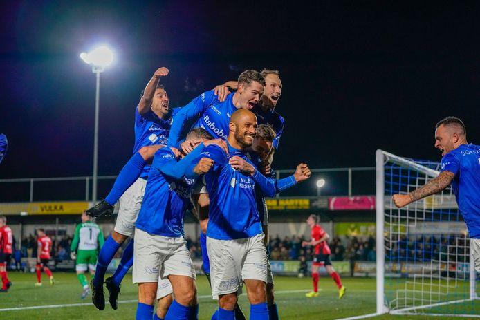 Spelers van GVVV bouwen een toren van euforie op Berry Powel, maker van de 1-0.