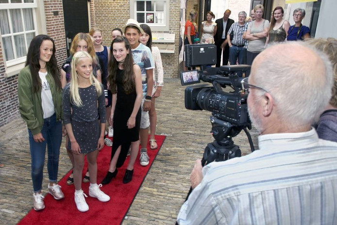 Een jonge ploeg filmmakers en acteurs maakte de film 'Regret', die gisteren vertoond werd in cultureel centrum De Schattelijn. Bij aankomst werden ze, gefilmd door Omroep Dimmelen. foto johan wouters/pix4profs