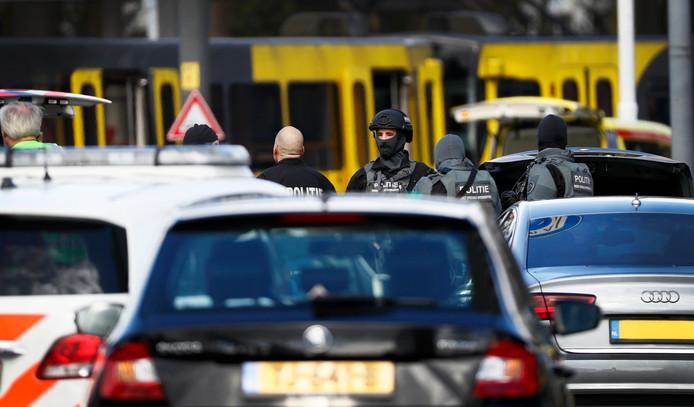 Bij een schietpartij in een tram bij het 24 Oktoberplein zijn meerdere mensen gewond geraakt.
