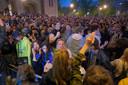 Feestende jongeren op het Flageyplein.