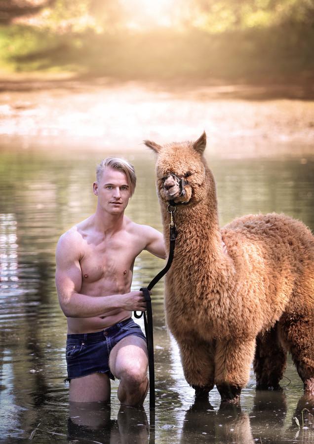 De Enschedeër showde zijn afgetrainde lichaam vorig jaar in allereerste Alpaca en Hunk-kalender.