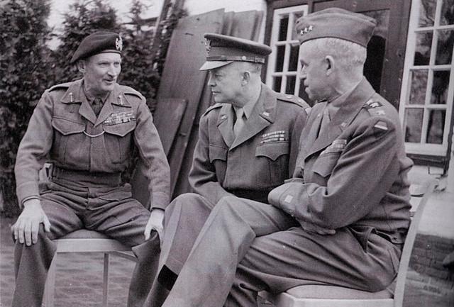 Sir Bernard Montgomery (links) in gesprek met Dwight Eisenhower en Omar Bradley.