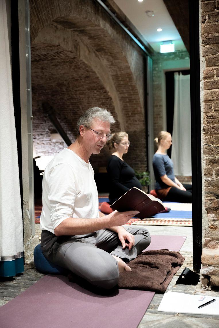 Yogadocent Marcel Bot. Beeld Bram Petraeus