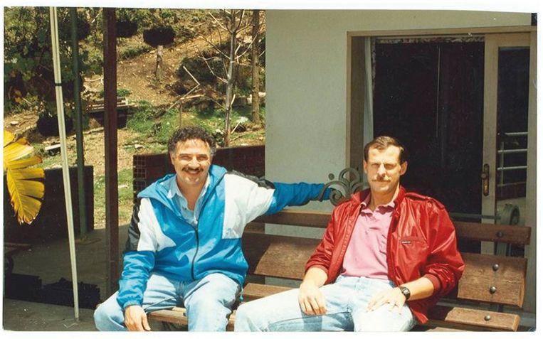 Javier Peña en Stephen Murphy voor de ingang van Escobars cel in La Catedral, juli1992.   Beeld rv
