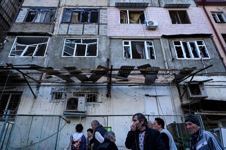 Bewoners nemen de schade op.  Beeld Hollandse Hoogte / AFP