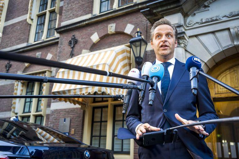 Minister Hugo de Jonge (Volksgezondheid, Welzijn en Sport) geeft een reactie na afloop van het overleg met de ministeriële commissie, over onder meer inentingen met coronavaccins.  Beeld ANP