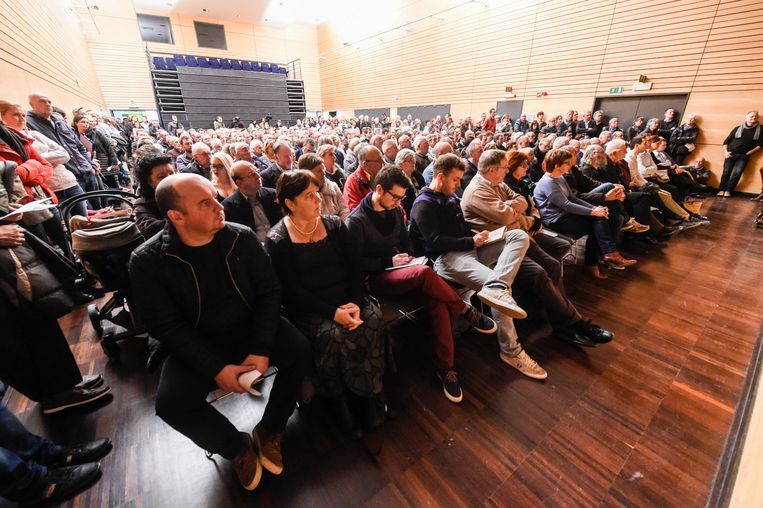 De infosessie in Steenokkerzeel, waar de zaal te klein was voor de vele ongeruste buurtbewoners. Beeld Photonews
