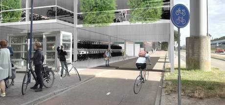 Gloednieuwe fietsenstalling achter station Den Bosch, betaald uit pot voor snelweg A2