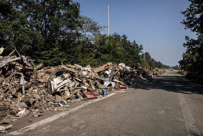 Avec plus de 8 km de déchets accumulés, le site sur l'A601, fermée à la circulation depuis des années, est presque à saturation.