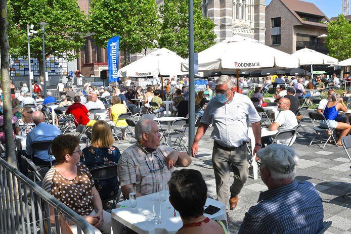 De samenwerking met de horeca om terrassen uit te baten op de pleinen in de stad viel zowel bij de stad, de organisatie als de wielerfans in de smaak.