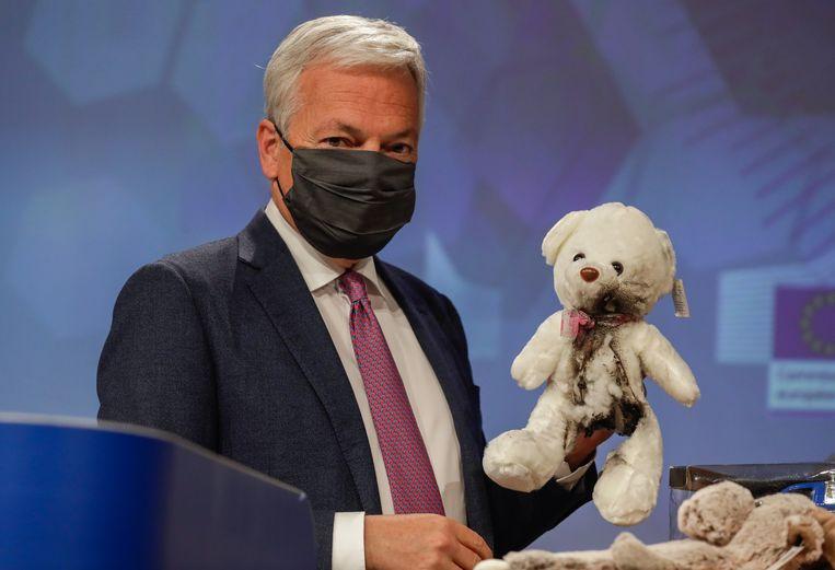 Europees commissaris voor Justitie Didier Reynders stelde het jaarverslag van het Europese waarschuwingssysteem voor, en maakte daarbij gebruik van didactisch materiaal.  Beeld EPA