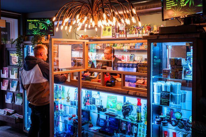 Coffeeshop Cannashop (ook wel bekend als coffeeshop Alien) in Steenwijk mag tijdelijk worden gesloten vanwege overschrijding van de maximale hoeveelheid voorraad drugs, bepaalde de rechter.