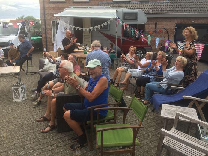 In de megense Wilgenstraat genieten oudere jongeren van de online-versie van Lulboompop.