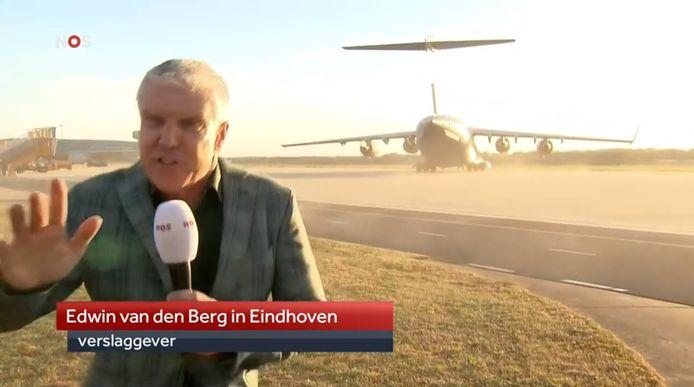 NOS-verslaggever Edwin van den Berg waait bijna uit beeld tijdens een live-gesprek in het Achtuurjournaal.
