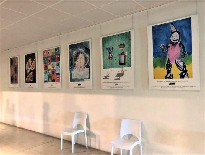 De kunstwerken fleuren de inkomhal van het vaccinatiecentrum op.
