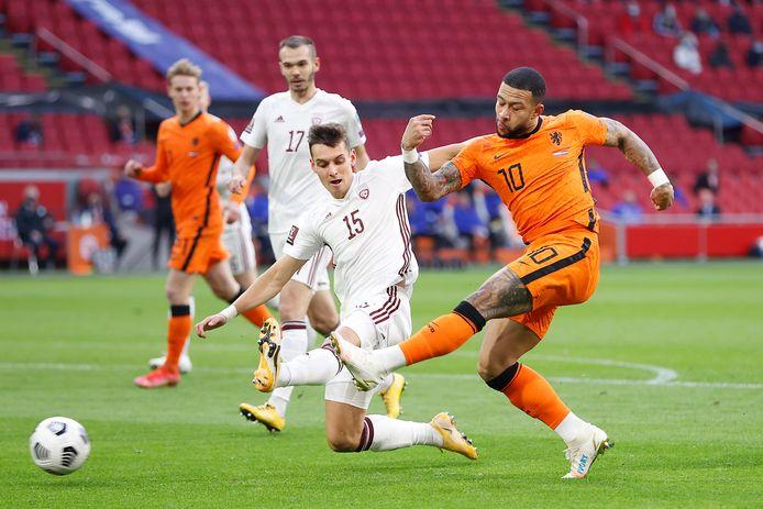 Memphis Depay schiet in maart van dit jaar op doel in de interland tegen Letland (2-0).