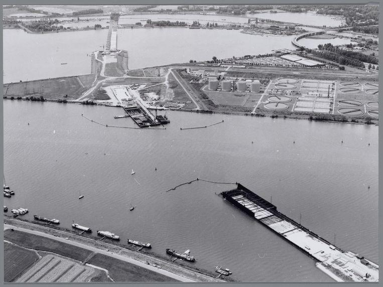 Luchtfoto van de bouw van de Zeeburgertunnel onder het Buiten IJ. Onder: de Schellingwouderbrug, bovenaan: het Zeeburgereiland, rechts boven het Nieuwe Diep en Zuiderzeeweg. Beeld Stadsarchief Amsterdam