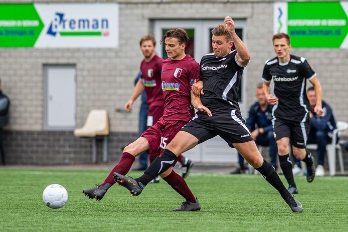 Michael Vaags (rechts) van AZSV in duel met een speler van Berkum.