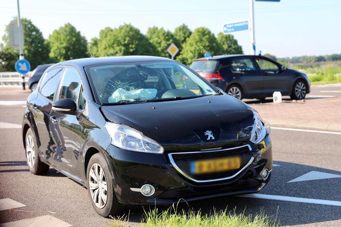 Een van de voertuigen die beschadigd raakte door het ongeluk op de Provincialeweg in Kerk-Avezaath.