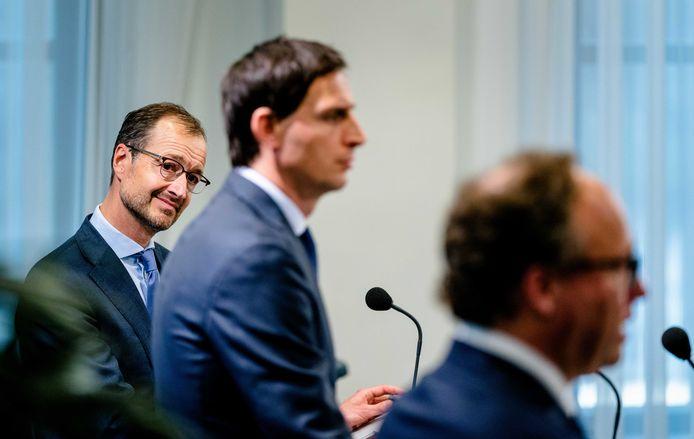 Ministers Eric Wiebes (Economische Zaken), Wopke Hoekstra (Financiën) en Wouter Koolmees (Sociale Zaken) bij de presentatie van het steunpakket 2.0. Het kabinet past het pakket nu aan om tegemoet te komen aan alle kritiek.