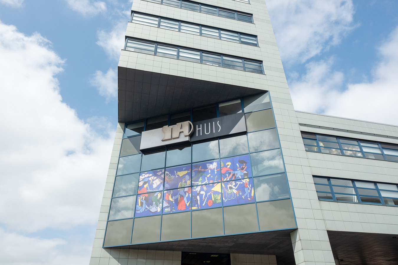 Het werk van Serpenti achter het raam van het stadhuis.