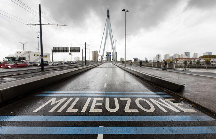 De milieuzone bij de Erasmusbrug in het centrum van Rotterdam.
