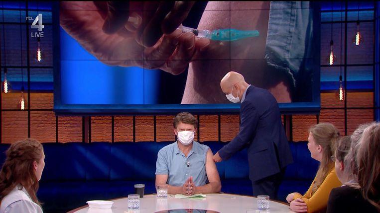 Beau wordt gevaccineerd door Ernst Kuipers. Beeld RTL4