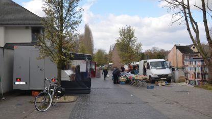 Markt breidt uit naar postparking om genoeg ruimte tussen kramen te kunnen laten