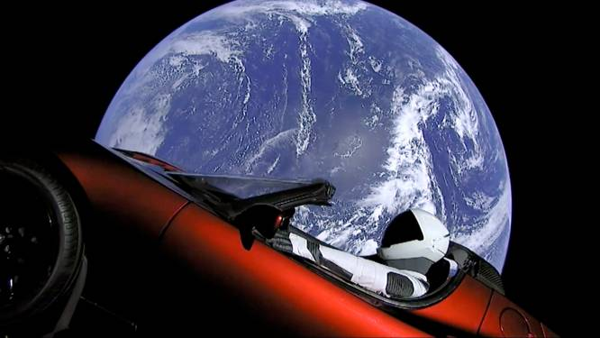 "Beweging die denkt dat aarde plat is noemt Tesla in ruimte één grote samenzweringstheorie: ""FakeX"""