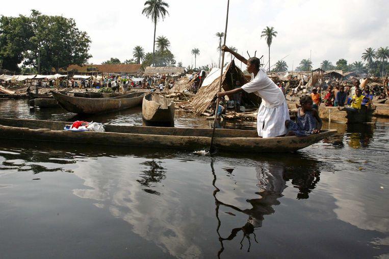 Bewoners gebruiken de Congo-rivier voor transport, het vangen van vis, drinkwater en water om mee te koken. De rivier wordt bedreigd door de giflozing op een zijarm, de Kasaï-rivier.  Beeld Reuters