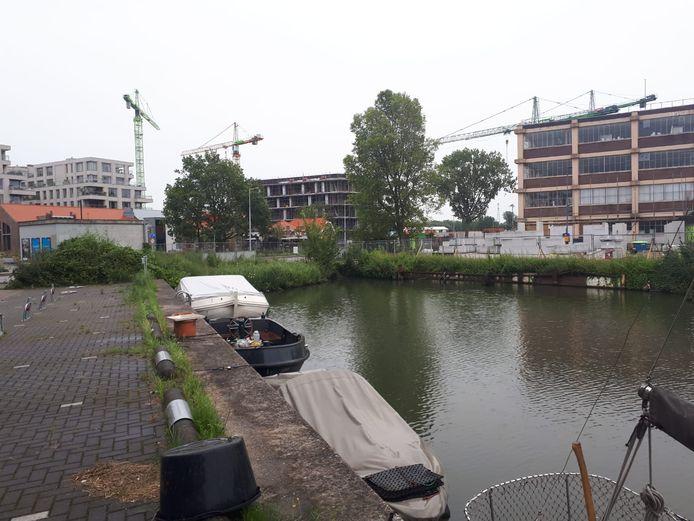De boot waar het voorval zich afspeelde lag aan deze kade in Amsterdam. Het vaartuig is inmiddels weggesleept