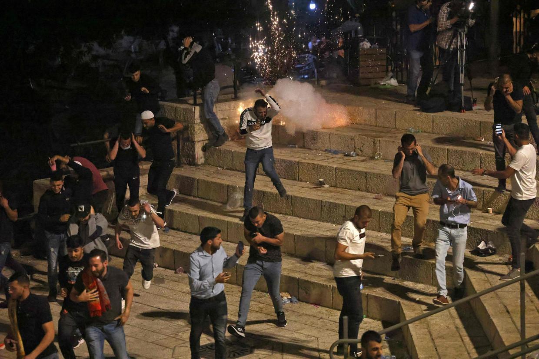 Palestijnse betogers botsen met de Israëlische politie bij de Damascuspoort die een tijd lang was afgesloten.  Beeld AFP