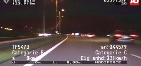 Levensgevaarlijk: ruziënde automobilisten tegen het verkeer in op snelweg