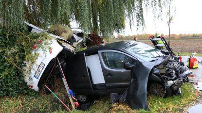 Voertuigen belanden boven op elkaar na spectaculaire crash op kruispunt