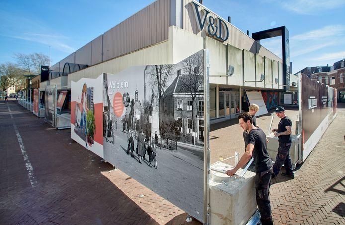 Het plaatsen van panelen met historische foto's op het Walplein te Oss.
