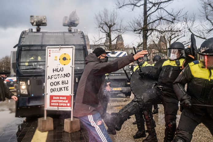 Hoewel de demonstratie 'Nooit meer kabinet Rutte' - een anti-lockdown-protest - werd afgelast, kwamen zondag toch demonstranten naar het Museumplein in Amsterdam. De situatie liep snel uit de hand toen demonstranten weigerden naar huis te gaan. De politie zette een aantal waterkanonnen in om de groepen uiteen te drijven.
