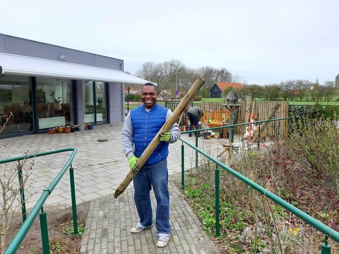 Jolly Yalaju werkt tijdens NL Doet in de tuin van het zorgcentrum Nieuw-Sandenburgh in Zanddijk, waar zijn schoonmoeder woont.