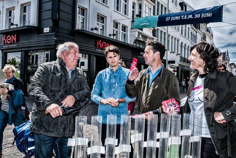 Conner Rousseau en Joris Vandenbroucke van sp.a voeren campagne in Gent. Beeld Tim Dirven