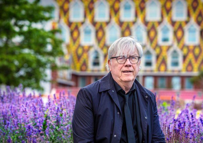 Wethouder Bert van Alphen met op de achtergrond het gebouw van de Kessler stichting