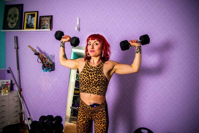 Irene Westerbeek heeft de ziekte van Crohn. In coronatijd doet ze haar krachttraining op zolder.